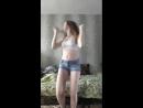 Красивая девочка неумело танцует в перископе