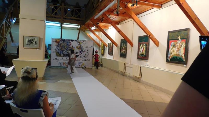 Конкурс Маленькая Славянка. Третий выход - тематический, наряд должен был содержать цвета белорусского флага.