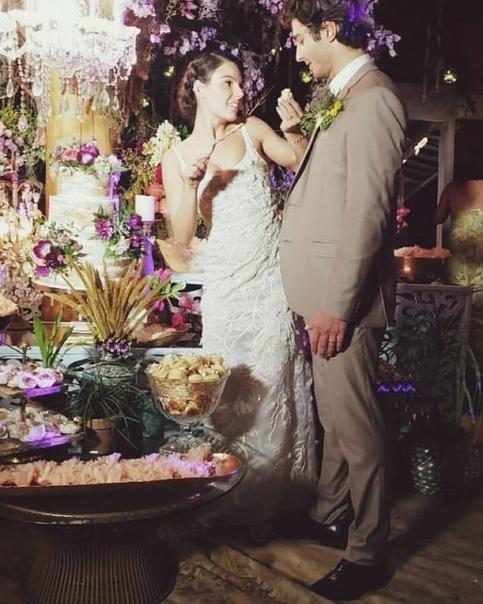 бразильская актриса изис вальверде, ставшая известной благодаря роли камиллы в сериале «дороги индии» и роли суэлен в «проспекте бразилии» вышла замуж за манекенщика андре резенде свадебная церемония состоялась 10 июня в гуаратиба, рио-де-жанейро.