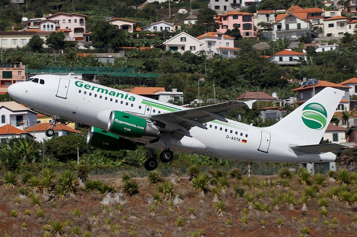 Airbus A319 набирает высоту