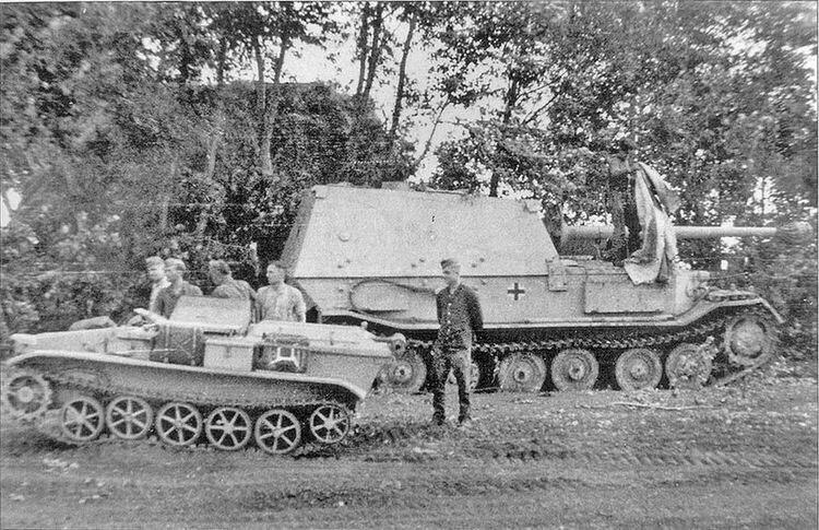 """Немецкие истребитель танков """"Элефант"""" и телетанкетка Sd.Kfz. 301 Ausf. C."""