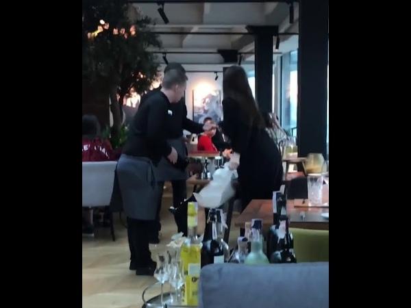 В киевском ресторане официант запустил торт в лицо скандальной посетительнице