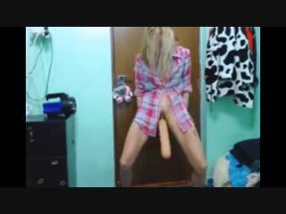 Тупая деффка танцует с огромным дилдо #секс #порно #танцы #игрушки