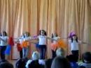 Танец 5Б класса ахаха мелкааая с оранжевыми пампушками