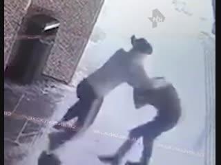 В москве девушка жестко избила мужика