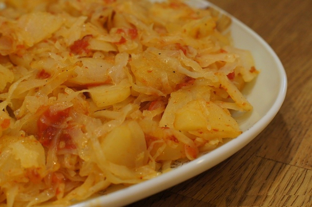 Картофель тушеный с капустой и мясом фото