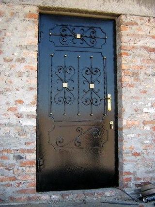 Дверь с элементами ковки.  Цена 12 000 руб.  Купить в Краснодаре - BLIZKO.ru.