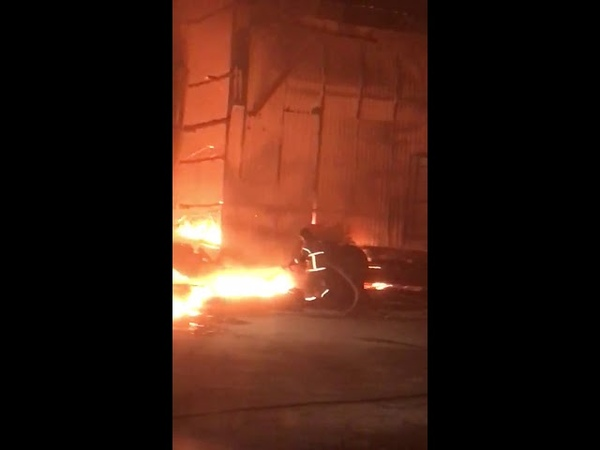 На окраине Южно-Сахалинска ночью сгорела лесопилка