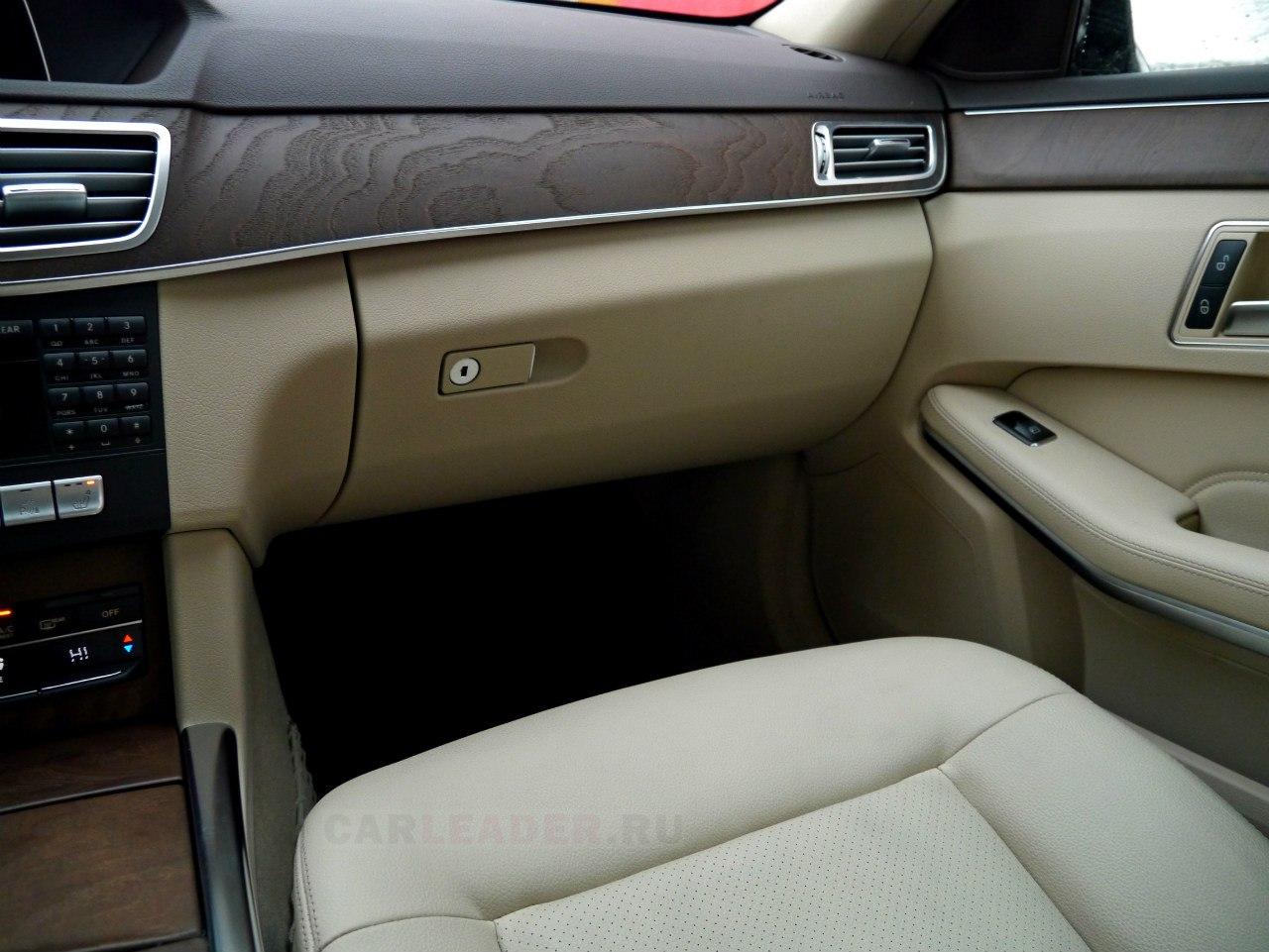 Из натуральных материалов в салоне Mercedes-Benz E 2014: ясень и алюминий.