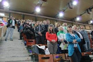 Зрители в зале стоя исполняют песню совместно с участниками автопробега