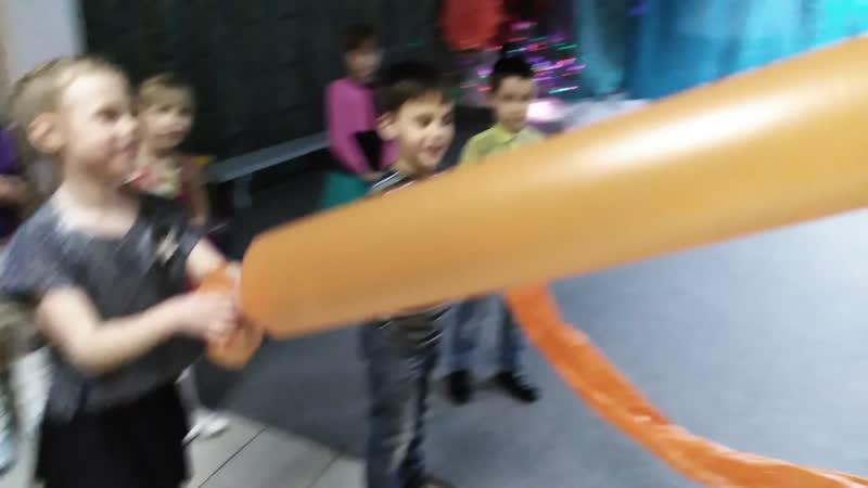 Победитель конкурса на самую огромную воздушную сосиску....