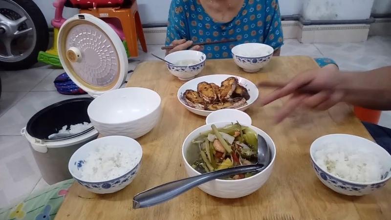 Bữa Cơm Gia Đình Đơn Giản Hai Món Canh Chua Tôm Rau Muống , Cá Bông Lau Chiên