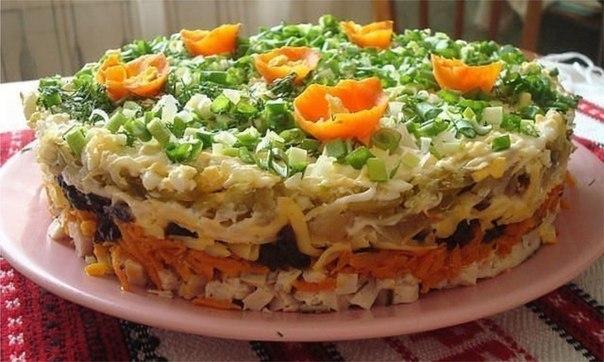 """Слоёный салат с черносливом """"Ночка"""" Ингредиенты: Отварная куриная грудка – около 300 грамм Сырая морковь – 2 шт. Чеснок раздавленный Твердый сыр - 150 грамм Соленый огурец – 2 шт. Лук репчатый – 4 шт. Отварные яйца – 2-3 шт. Растительное масло Майонез Чернослив - 200 грамм Салат выкладывается слоями: первый слой отварная куриная грудка или свинина - мелкими кубиками около 300 грамм, промазать майонезом; второй слой сырую морковь потереть на крупной терке, добавить раздавленный чеснок…"""