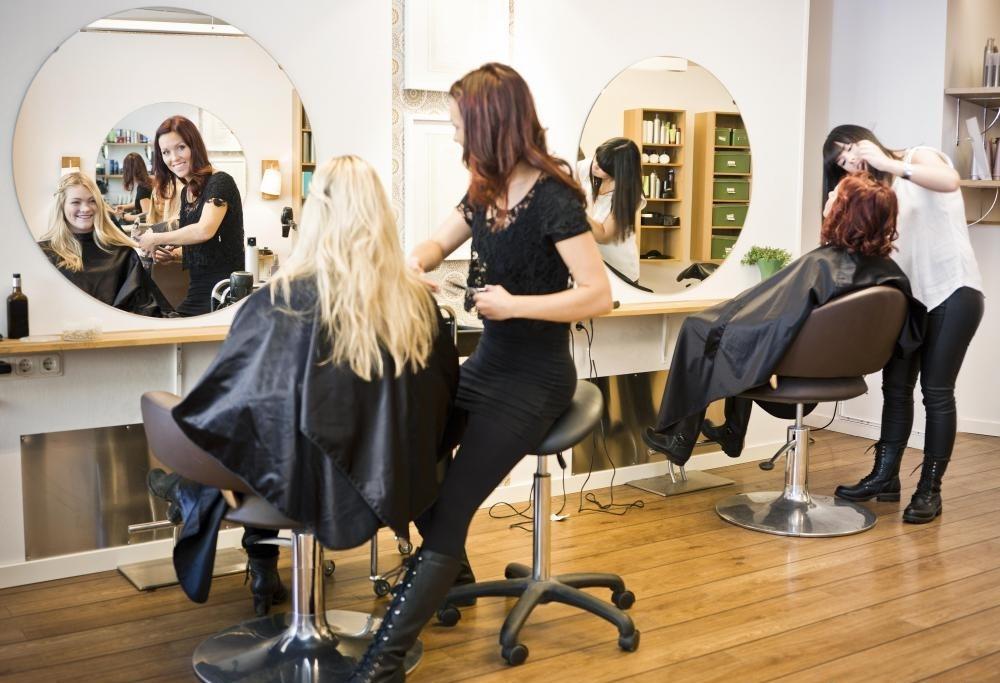 Салоны обычно продают различные средства по уходу за волосами.