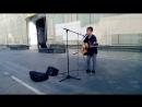 Вот он детский голос со взрослой песней на Никольской улице в центре Москвы