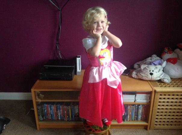 Заставила мальчика одеть платье