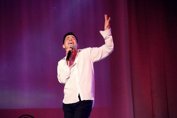 Студент-певец на сцене
