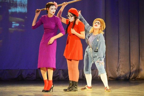 Студенты-актеры на сцене