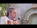 Слонімскі ксёндз сьпявае маладым падчас вянчаньня «Алілуя» Л. Коэна