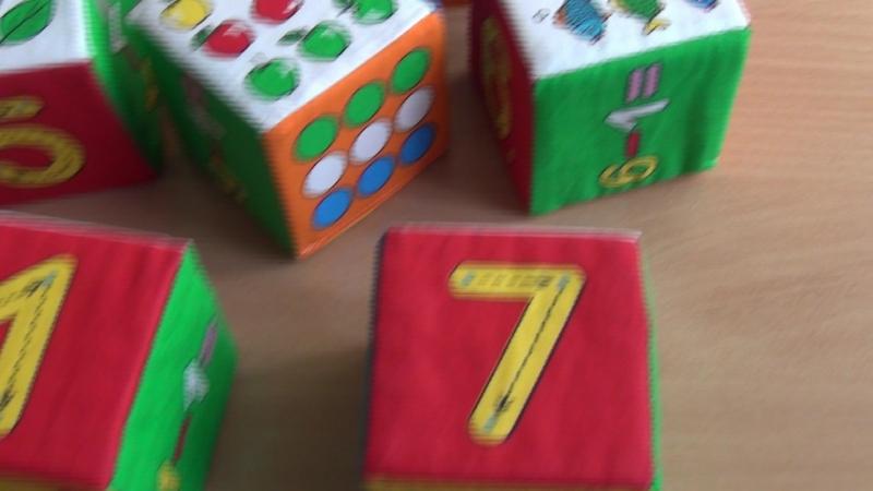 Малыши -карандаши играют в кубики и пробуют все пересчитать. Как думаете, получится?