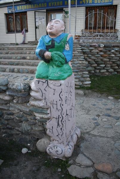 Местные новодел довольно плохого качества А пытается имитировать видимо некоторые народные мотивы например на постаменте этого идола в чёрном нарисованные люди с луками плюс какой-то орнамент отдельный отдельными символами ну а сама фигурка чем-то напоминает буддистские