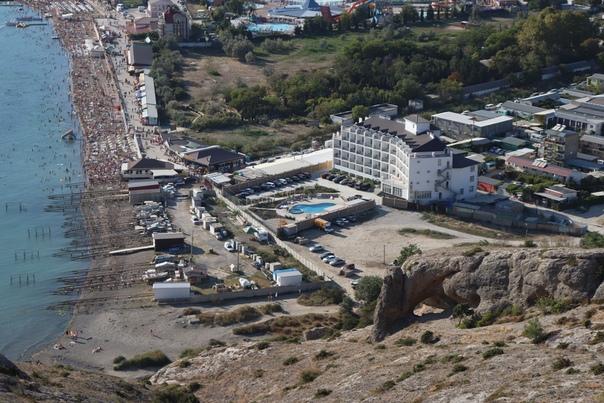 Лухари отель с басейном у моря.