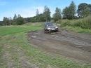 Шевроле нива на дороге через поле