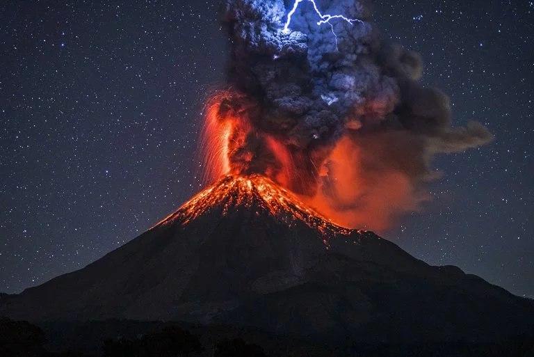 ©Коли́ма испанское Volcán de Colima — вулкан на западе Мексики, расположен в штате Халиско, в Вулканической Сьерре, в 80 км от берега Тихого океана. Наиболее активный вулкан Мексики, извергался более чем 40 раз с 1576 года.  Состоит из 2 конических пиков; наивысший из них (Невадо-де-Колима, 4 625 м) — потухший вулкан, большую часть года покрыт снегом. Другой пик — действующий вулкан Колима, или Волькан-де-Фуэго-де-Колима («Огненный вулкан»), высотой 3 846 м, называют мексиканским Везувием. Лавы по составу близки к базальтам.  Сильное извержение было зафиксировано 12 сентября 2015 года, выброшенный пепел поднялся на высоту до 2 км.  Последнее сильное извержение было зафиксировано 19 января 2017 года, с выбросом пепла и дыма до 2 км над кратером.