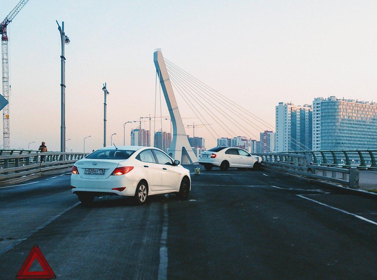 Иномарка влетела в ограждение на мосту Кадырова