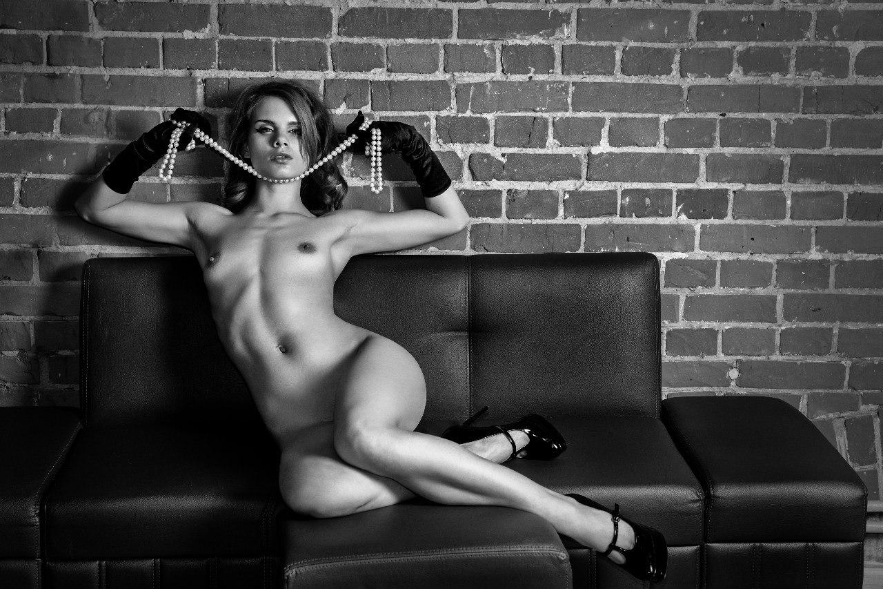 Сидит голая женщина 12 фотография