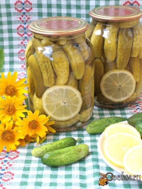 Огурцы маринованные с лимоном Очень вкусные огурчики с добавлением лимона. Огурцы получаются хрустящими и слегка сладковатыми, а лимон очень красиво смотрится в баночках. Расчёт дан на одну литровую банку.