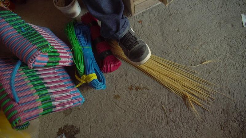 Matías, Oaxaca Cestería con molde y tejido de popotillo de trigo.