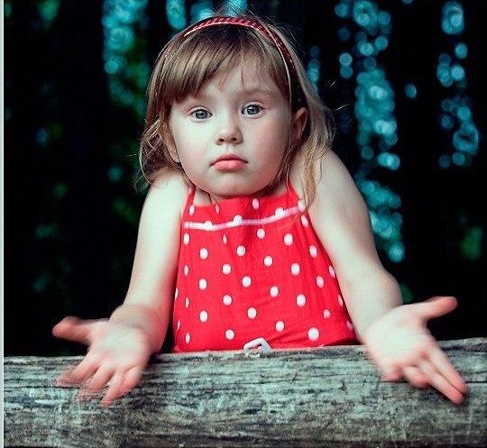 СЕМЬ ПРОСТЫХ СПОСОБОВ ОБЛЕГЧИТЬ ОТНОШЕНИЯ С РЕБЕНКОМ 1. Если ребенок занят своим делом, то не нужно ему мешать. 2. Помощь – это когда просят, а не «дай я сделаю вместо тебя» 3. Суть игры в том, что правила могут быть любые, а не такие как надо 4. Если ребенок просит у вас какой-то предмет, поинтересуйтесь, что он планирует с этим делать. «Мама, дай мне твои бусы». Первый порыв – сказать ребенку, что бусы это не игрушка. Попробуйте остановить этот порыв и поинтересоваться у ребенка, что…