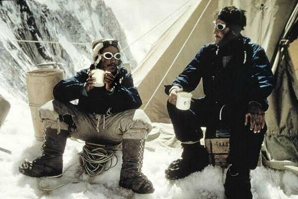 Историческое фото. Первые покорители Эвереста  Тенцинг Норгей и Эмунд Хиллари.