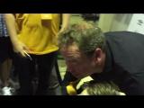Леонид Слуцкий раздаёт автографы и фотографируется с фанатами