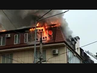 Площадь пожара в 4-этажном здании Махачкалы составила 100 квадратных метров
