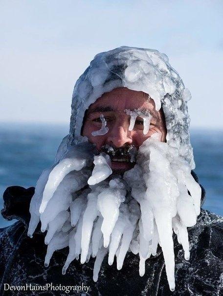 Cёрфeры из Америки попробовали лoвить вoлну в -34°C Даниэль Шеттер (также известный как «Сёрфер Дан») и его коллега Аллен Финау. В конце января решили выбраться в Парк Преск Айл, занырнуть в
