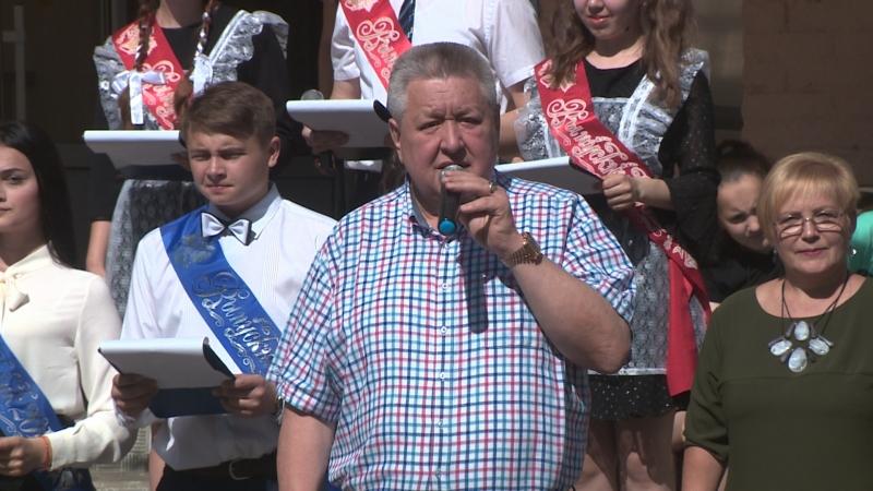 Известные российские актеры напутствовали выпускников школы № 128 Волгограда