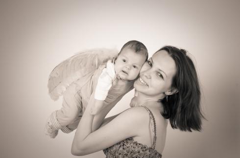 После родов... После родов и кормления грудью здоровье молодой мамочки резко ухудшается. Вот некоторые женские секреты, которые помогут сохранить красоту и здоровье мамочкам. Если слоятся ногти, волосы стали хрупкими и тусклыми – нужно пить отвар из яблочной кожуры. Если волосы после родов сильно ослабли и стали выпадать, то нужно втирать в кожу головы раствор из репейного масла + луковый или березовый сок + водка или коньяк в соотношении 3:3:1 два раза в неделю. А ополаскивать волосы нужно…