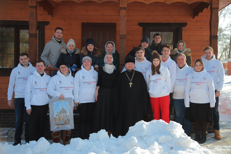 Добровольческий отряд кинокомпании «Союз Маринс Групп» на уборке снега в Талеже