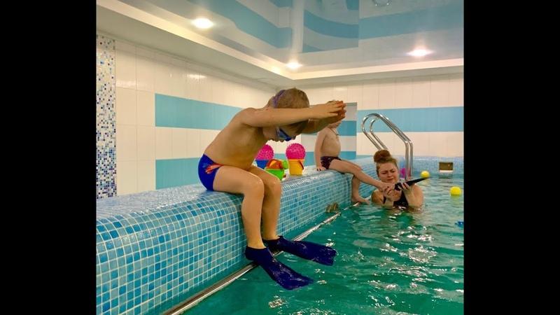 Малыш в ластах не хочет плавать Kids swimming in the pool Обучение плаванию в бассейне в Минске