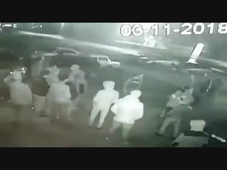 В Башкирии легковушка въехала в толпу людей Вечером 3 ноября в поселке Раевка у кафе «Лилия» иномарка въехала в толпу людей.