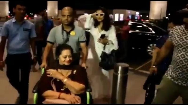 Каджол и Вина Девган в аэропорту Мумбая 23 05 2018