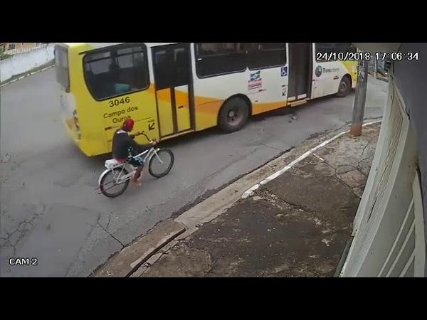 Ciclista morre atropelado por ônibus. Imagens fortes