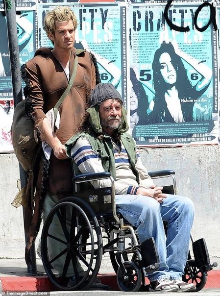 Эндрю Гарфилд на съемках Крис Мартин Робин Тик и Эйприл Лав Гири