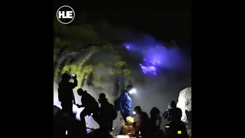 Вулкан Иджен в Индонезии выплюнул необычное пламя