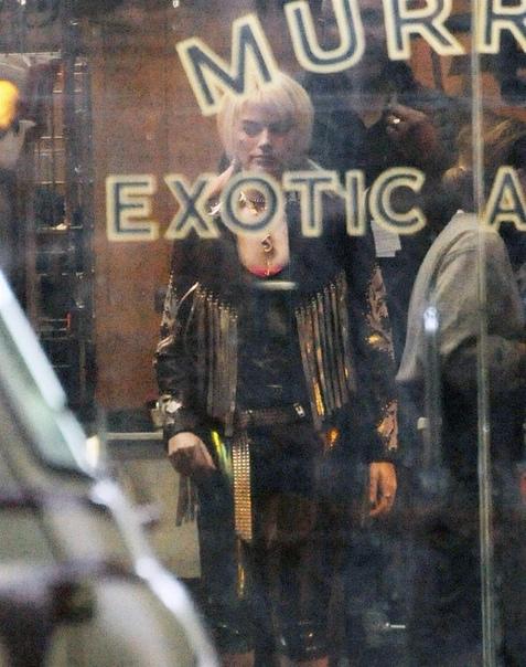 Марго Робби на съёмках «Хищных птиц» о банде Харли Квинн Появилась очередная порция фото со съёмок «Хищных птиц» с участием Марго Робби в обновлённом образе Харли Квинн. На широких экранах