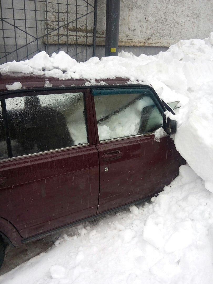 В Уфе снежные массы продолжают давить машины