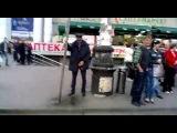 Пьяный милиционер писает возле вокзала - Днепропетровск