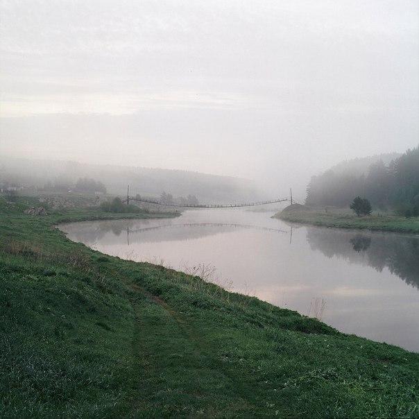 Атмосферные снимки, повествующие о туманном утре в деревне.
